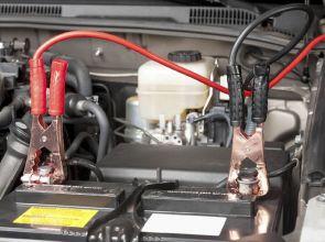 Come avviare l'auto con i cavi quando la batteria è scarica